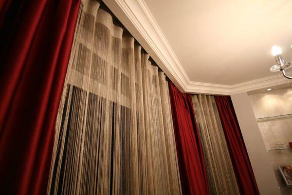 классические шторы с полупрозрачными гардинами в интерьере современной гостиной