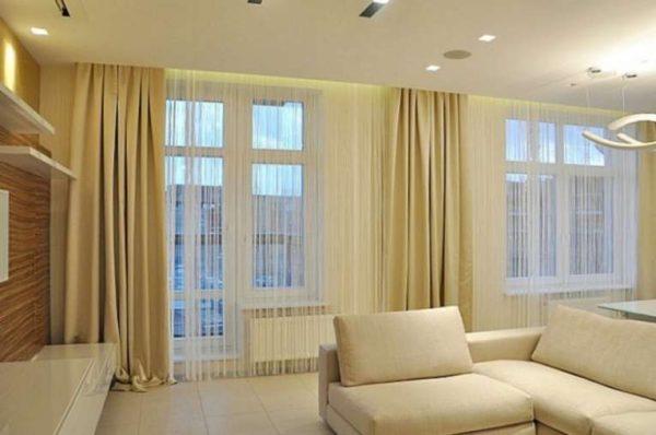 бежевые шторы классического кроя в интерьере современной гостиной