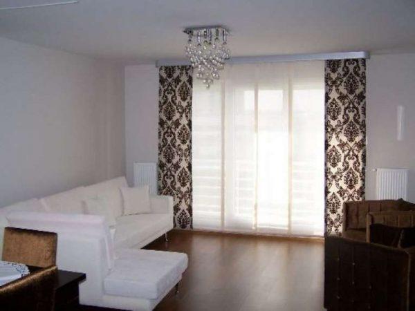 шторы японские в интерьере гостиной с угловым диваном
