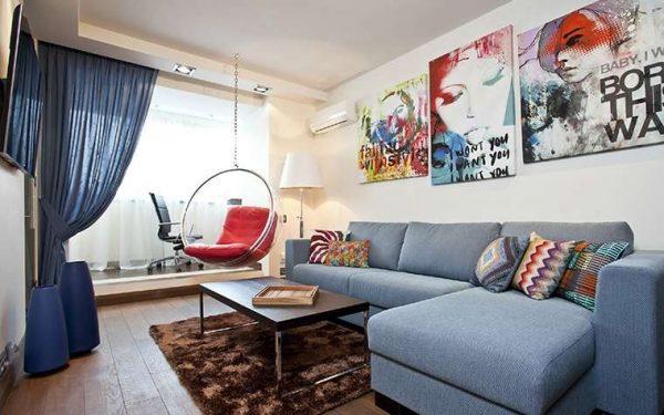 синяя портьера в интерьере современной гостиной