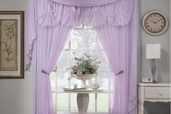 шторы светло сиреневого цвета в интерьере гостиной