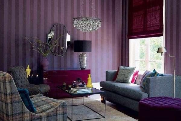 римские шторы тёмно-сиреневого цвета в интерьере гостиной