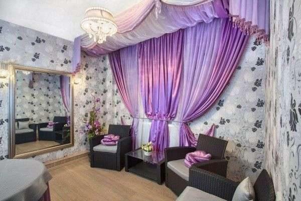 сиреневые шторы в гостиной на стене