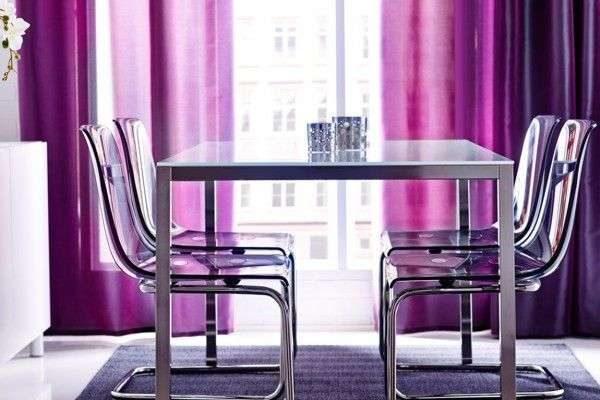 сиреневые шторы у обеденного стола