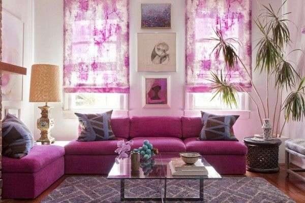 рулонные шторы в интерьере гостиной в сиреневых цветах