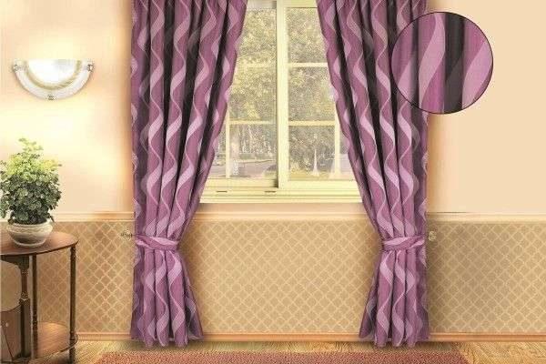 сиреневые шторы с узором в интерьере гостиной