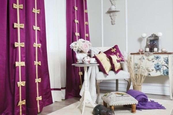 сиреневые шторы в интерьере светлой гостиной