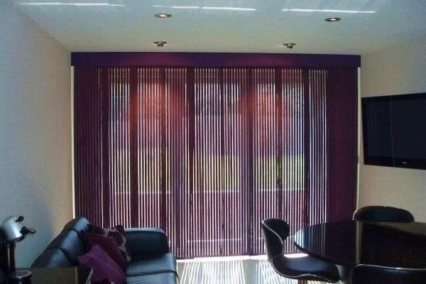 нитяные шторы в сиреневых цветах в интерьере гостиной