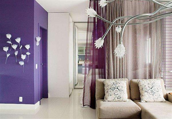 сиреневые шторы перегородки в интерьере гостиной