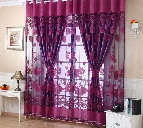 сочетание тюли и плотных штор сиреневого цвета в гостиной