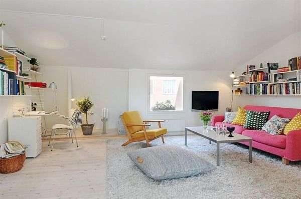 яркий диван и полки в интерьере гостиной со скандинавским стилем