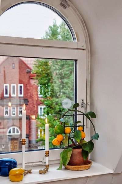 декор у окна в интерьере гостиной со скандинавским стилем