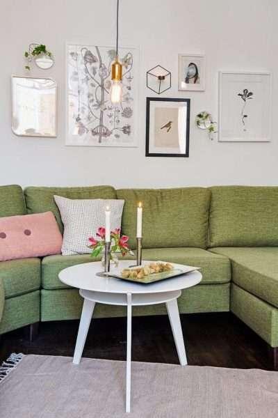 свечи в гостиной со скандинавским стилем