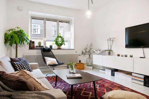 ковёр и цветы в интерьере гостиной в скандинавском стиле