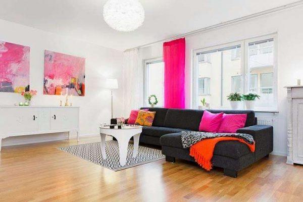 шторы в интерьере гостиной в скандинавском стиле с картинами розового цвета