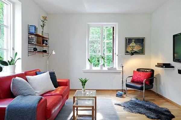 красный диван в гостиной в скандинавском стиле