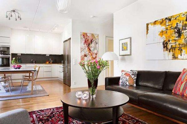 в интерьере гостиной в скандинавском стиле яркий настенный декор