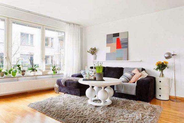 в гостиной в скандинавском стиле белый журнальный столик