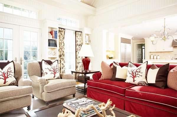 Сочетание красного и персикового цвета в гостиной