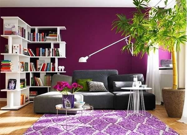 фиолетовый с белым в интерьере гостиной