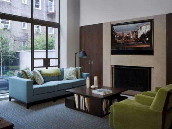 комбинирование голубого и зелёного цветов в гостиной
