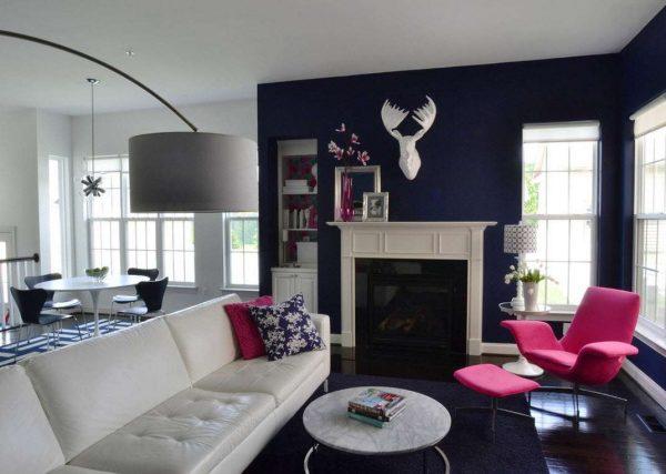 Сочетание фиолетового и белого цветов в интерьере гостиной