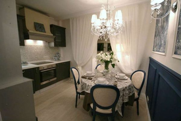 обеденный стол в гостиной в современной классике