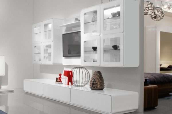 шкаф в интерьере гостиной в стиле хай тек