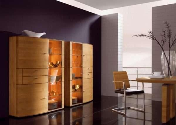 шкаф с прозрачными дверцами в интерьере гостиной