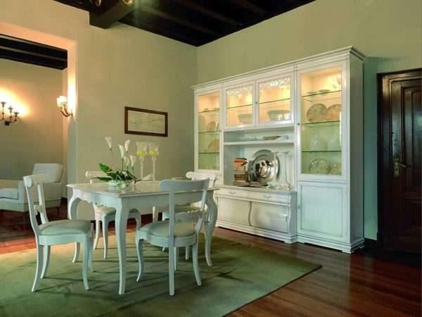 белый шкаф с прозрачными дверцами в интерьере гостиной с подсветкой
