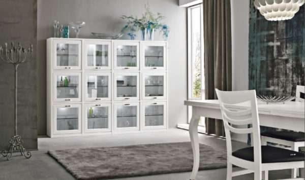 белый шкаф со стеклянными дверцами в гостиной