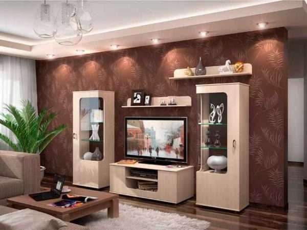 современная мебельная горка с прозрачными дверцами в интерьере гостиной