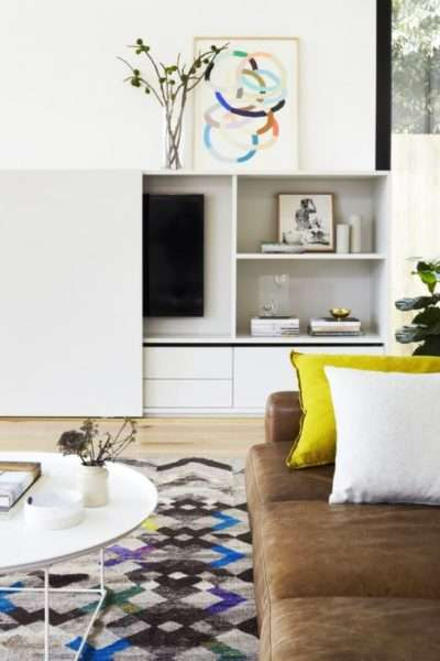 светлая мебельная стенка в интерьере гостиной