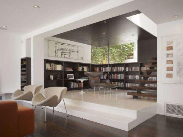 угловая мебельная стенка с книгами в интерьере гостиной