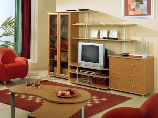 светлая мебельная стенка со шкафом и открытыми полками в интерьере гостиной