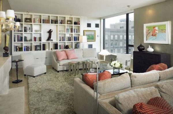 белая мебельная стенка в интерьере гостиной с библиотекой