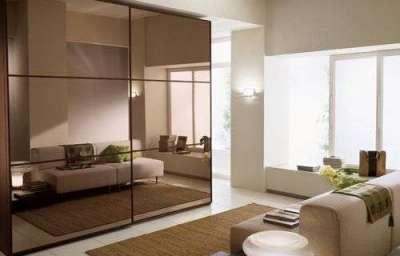 угловой шкаф с зеркальной тоннировкой в интерьере гостиной