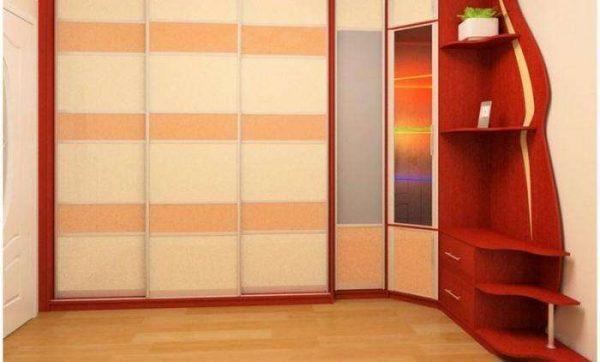 угловой шкаф в интерьере гостиной с прихожей