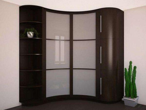 угловой шкаф в интерьере гостиной с полукруглыми фасадами
