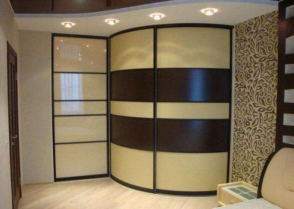 радиусный угловой шкаф в интерьере гостиной