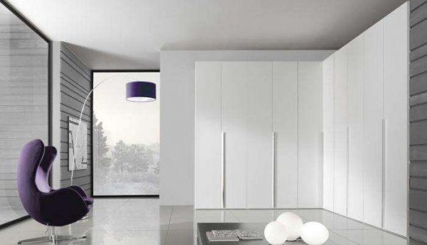 угловой шкаф белого цвета в интерьере гостиной