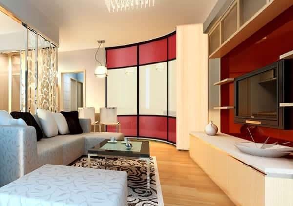 угловой шкаф в интерьере гостиной с радиусным фасадом