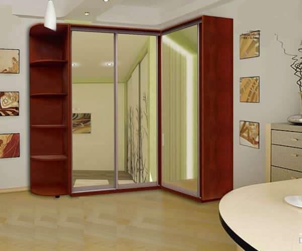 угловой шкаф в интерьере гостиной с зеркалами