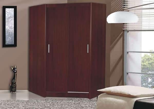 угловой шкаф в интерьере гостиной с фасадами из ДСП