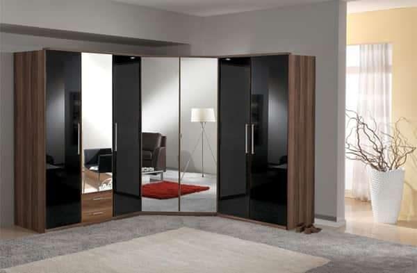 угловой шкаф в интерьере гостиной с зеркальными и стеклянными поверхностями