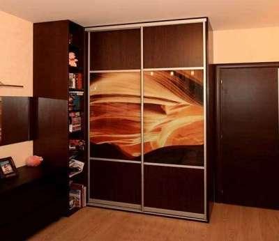 угловой шкаф из натурального дерева в интерьере гостиной