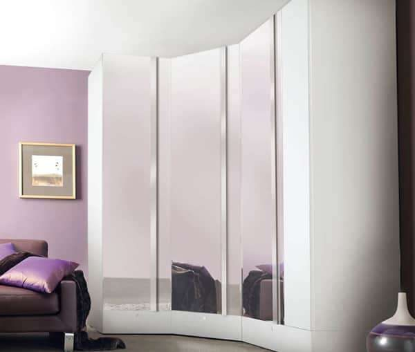 угловой шкаф купе с зеркальными фасадами в интерьере гостиной