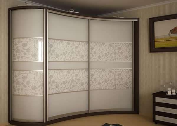 угловой шкаф в интерьере гостиной с узорами на стекле