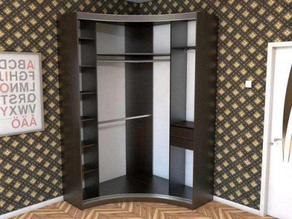угловой шкаф в интерьере гостиной с внутренним наполнением