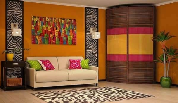 яркий радиусный угловой шкаф в интерьере гостиной